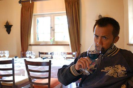 南アフリカワインを堪能する小泉さん