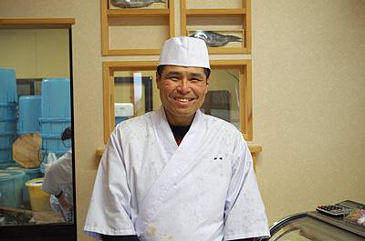 笑顔が素敵な鮒寿司屋店主で凄腕料理人の大川さん。