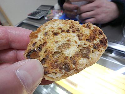 鮒寿司ラスク。コクのあるチーズを練りこんだラスクという感じで凄くうまかった。