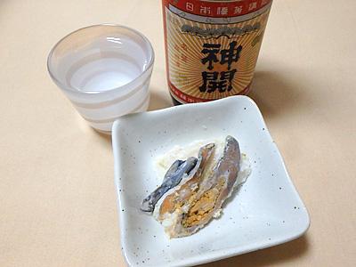 鮒寿司には香り高い淡麗なものよりも、コクのある旨味のしっかりした日本酒の方が合います。滋賀県甲賀市の神開純米山廃仕込み一つ火で一杯。