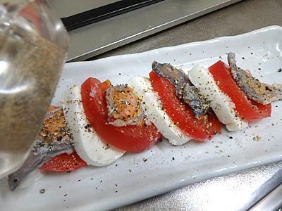 元々鮒寿司に塩気があるので塩は少な目。黒胡椒は好みで多目で大丈夫。