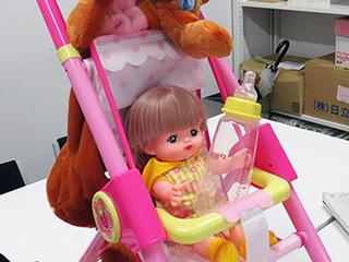 以前記事で酒飲む用に買った哺乳瓶を持たせて、もらいものの乳母車に乗せると、大人が持ってるのアウト感が増す……