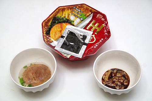 スープは熱々が理想なので、麺を湯切りしてから熱湯を注ごう。