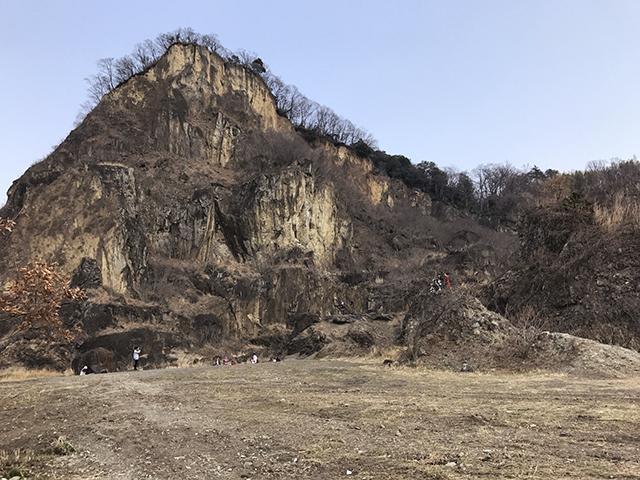 ほら、見たことあるだろう、この山。この岩肌。
