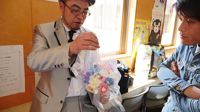 「これね、消しゴムメーカーの特注品なんですよ」という自慢に、「へー」と驚くレベルで無反応な編集部安藤さん。