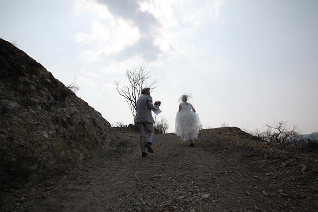 道は重機で均されてるけど、でもウェディングドレスで登るとこじゃないな。