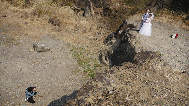 ちなみに上記写真2点は、こんな感じで撮ってた。言うほどすごい崖じゃないけど、かっこよく写るのだ。