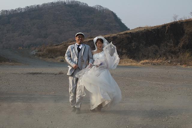 西部劇か!みたいな砂埃と突風が新郎新婦を襲う。つらい。