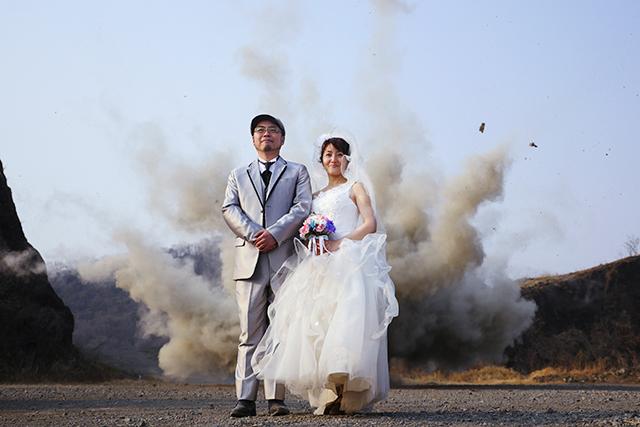 破片らしきものが飛んでるのが分かる結婚写真。