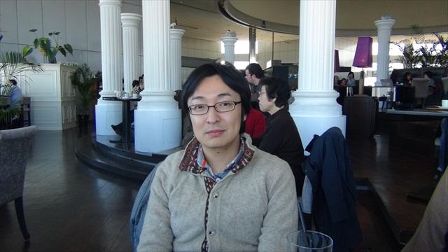 撮影のお手伝い役で友人の松本さんに来てもらった。無表情だが喧嘩中ではない。