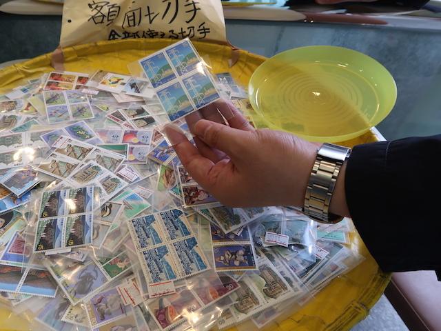 額面切手コーナーに反応する西村さん