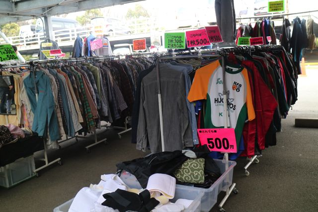 フリーマーケットの定番である洋服ももちろんある。