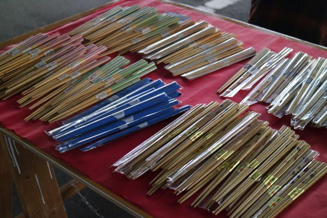手創りの箸を売っているお兄さんもいた。店によってのクオリティの落差がすごいな。