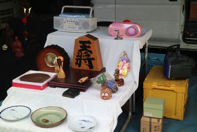一貫性がないように見えるが雛人形のように壇上に置かれる商品達。お殿さまとお姫さま役はラジカセ(白)とラジカセ(ピンク)。
