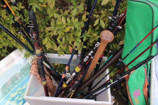 全部100円のお店で釣り竿を見ていたら、一本だけ野球のバットが混ざっていた。間違い探し?