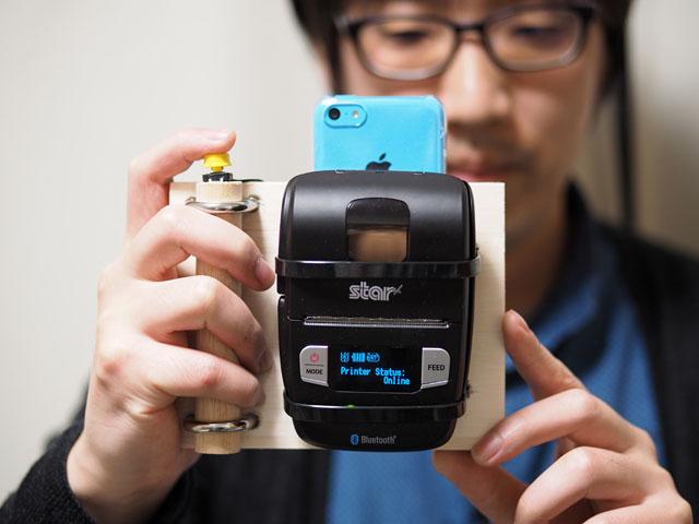 使い方は簡単。まずは、普通のカメラのようにグリップを握って構え、