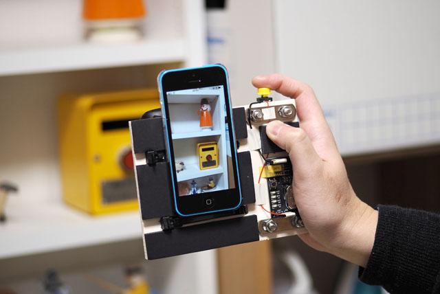 被写体にカメラを向けて、iPhoneの画面を見ながら構図を決める