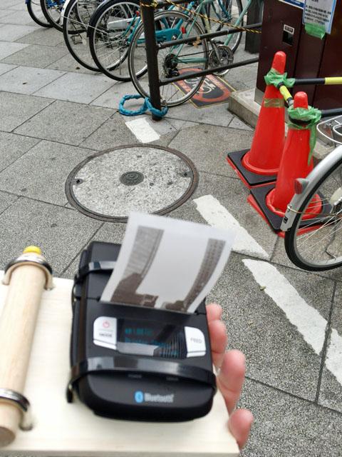 外でレシートプリンタを動かしてると、なにやら既視感があった。そういえば、駐禁を取り締まる人がこういうのを使っていた気がする。自転車を止める人が、微妙に私に気を遣っている感じがした(申し訳ない)