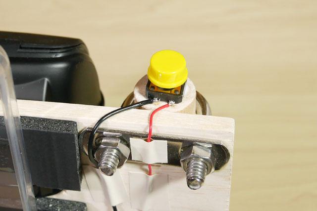 スイッチは、グリップの上を少し削って埋め込んだ。木と電子部品が融合した感じはなかなか面白い