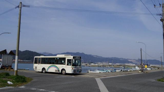 漁港に停車するバス