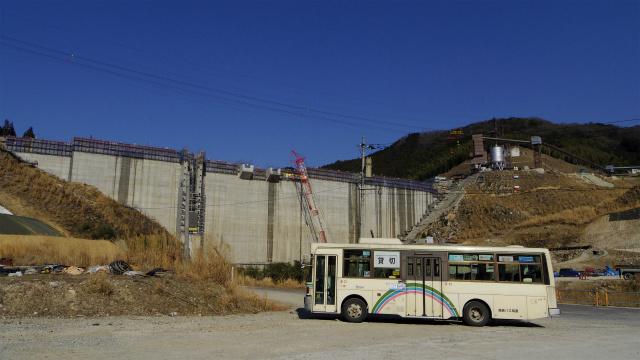 ダムの前で佇む路線バス