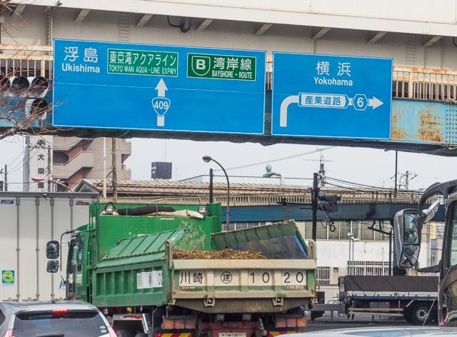 交差する道路にある道路標識にも「産業道路」とある。そしてこのダンプカーの群れ。その名に恥じぬ産業っぷりである。