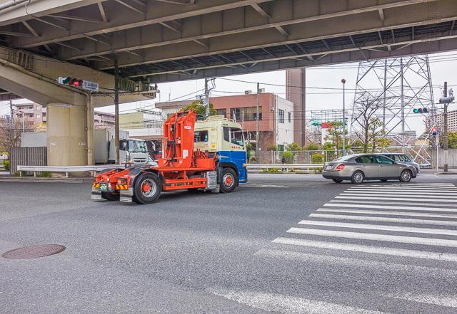 なにも引っ張ってない大型トラックのアンバランスさって、なんかぞわぞわするよね。「生首」みたいな感じ。