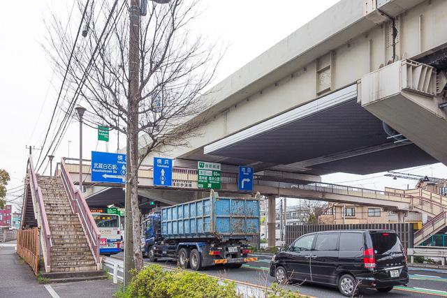 ふたつ目は歩道橋。産業道路には歩道橋が多い。もっぱら車のため、しかもダンプカーなどヘビーな自動車がガンガン走る場所であることを物語る。