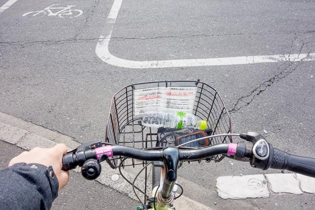 当然、自転車です。レンタサイクルです。この自転車も、まさか後楽園とかではなく産業道路を走ることになるとは思わなかったに違いない。