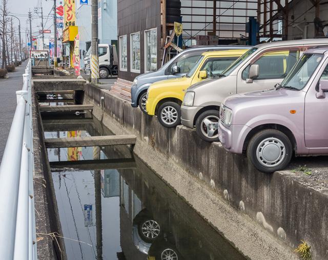 水路ギリギリに挑戦する駐車。チキンレースか。