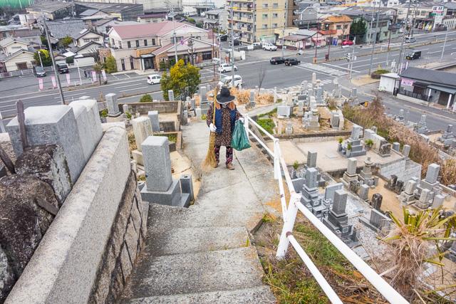 墓守をしているおばあさまに声をかけて登る。どこから来たの、と問われたので、神奈川から、と答えると、何しに来たの、と重ねてきかれ、答えに窮した。「産業道路に興味があって…」って言ってもわけわかんないだろうなあ。