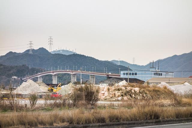 カーブの先は、こういう橋。そして高まる産業感。