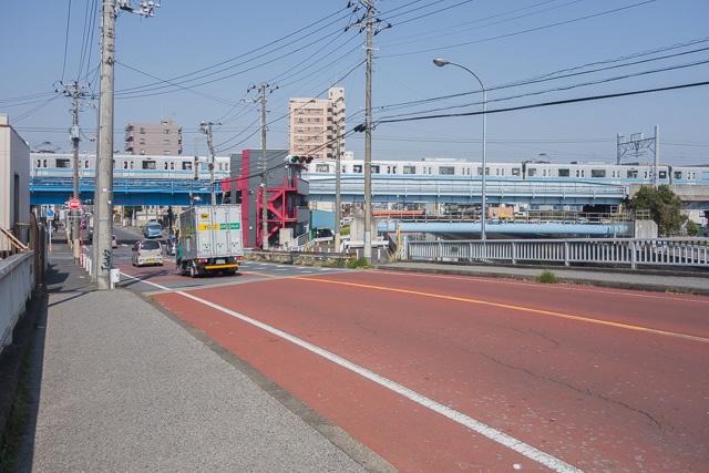 そしてほどなくななめに川を渡る。ここは以前成田新幹線が通っていたかもしれないと記事にした場所である。