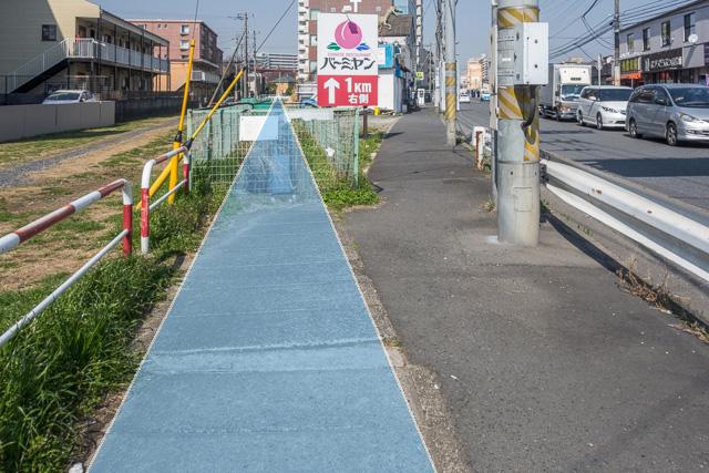 ここ。右の道路に対し、水色の暗渠が浅い角度で交わっている。