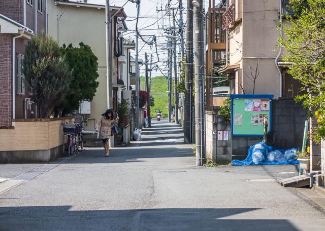 ふと道路と交差する道の先を見ると、江戸川の土手が。そうか、工業用水の都合でここに工場が建ってるのか。