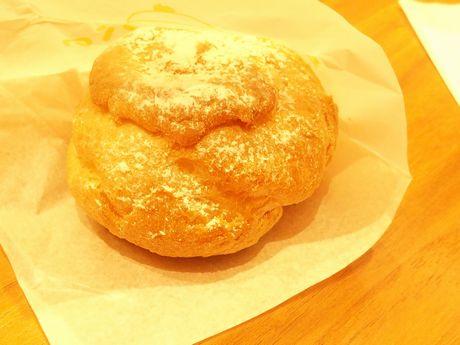 上にかかった粉糖がかわいらしいパイシュークリーム