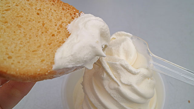 ラスクにつけて食べちゃうぞ!ラスクにアイスを付けて食べるのは初めてです。