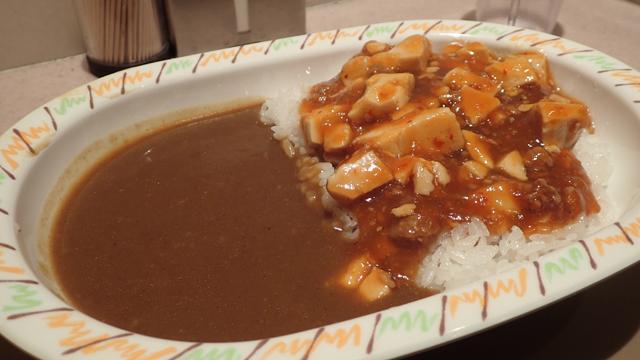 カレーと麻婆豆腐、まだ混ざっていないな