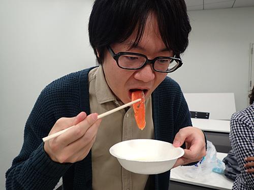 昨日スモークサーモンを食べたばかりだという編集部の藤原さんが試食。