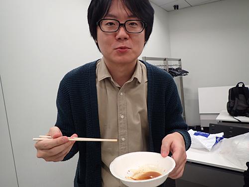 燻製醤油につけて食べると、「これはいます!」と太鼓判。
