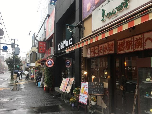 かつて旗本や御家人が武を磨いた一帯は、今では学生の町に。若者の胃袋を満たす飲食店が並ぶ。なお、この道をまっすぐ行くと神田神保町