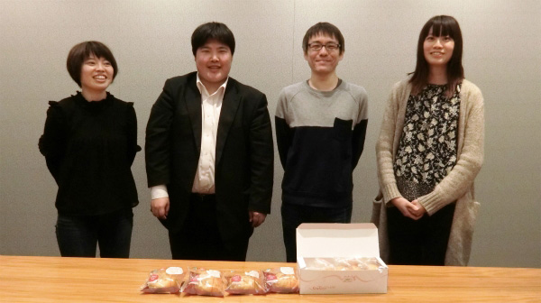 左からライター與座さん、江ノ島、編集部石川さん、ライター井口さん。