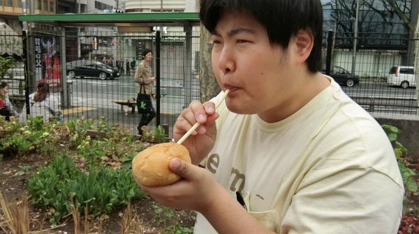 吸うことに集中しているときは、職人顔になる。この顔を見て少しだけ藤岡弘、が思い浮かんだ。