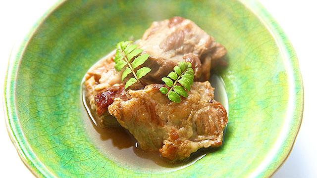 軟骨がトロトロになるまで煮込んだ豚のあばら肉。ものすごくおいしい。