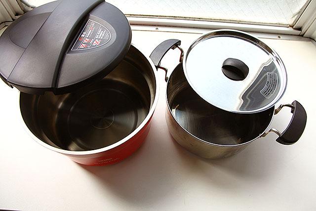 全体としてはこうなってます。右の鍋を左の鍋に入れて保温する。