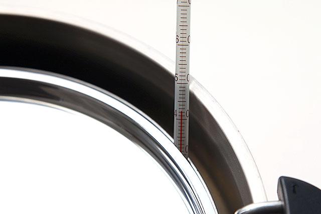 温度計でちゃんと計ります。高すぎても低すぎてもいけない、42℃。