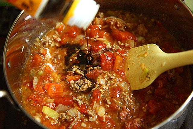 味見したら塩味がなかったので醤油を入れます。大抵、醤油を入れれば食える味になる。