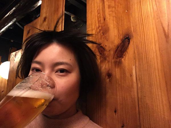 さっきより自然だ。飲むと風が吹くビールをのんでいるような不思議な写真。