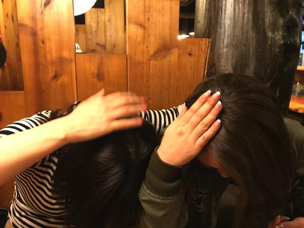 髪質の比較をし、研究を進めるお二人。人によって角度や距離も変更すべき、という研究結果が発表されていく。