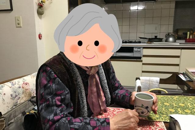 筆者の祖母。湯呑みを持っているのは撮影のためではない。わたしが祖父母宅を訪問した時すでに写真の状態だった